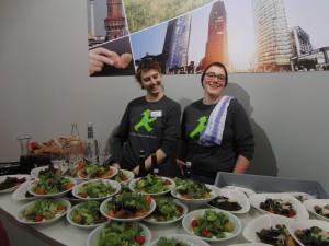 Lena und Anja beförderten den Austausch beim 6. Eberswalder Lunch mit regionalen Snacks. Foto: Luttmann 2016