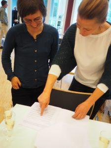 Charis Braun und Anna Maria Häring studieren den Bewilligungsbescheid | Foto: Rieken 2017